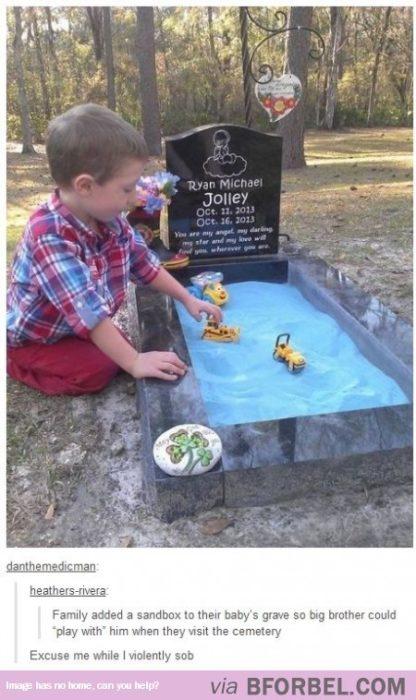 niño juega en la tumba de su hermano