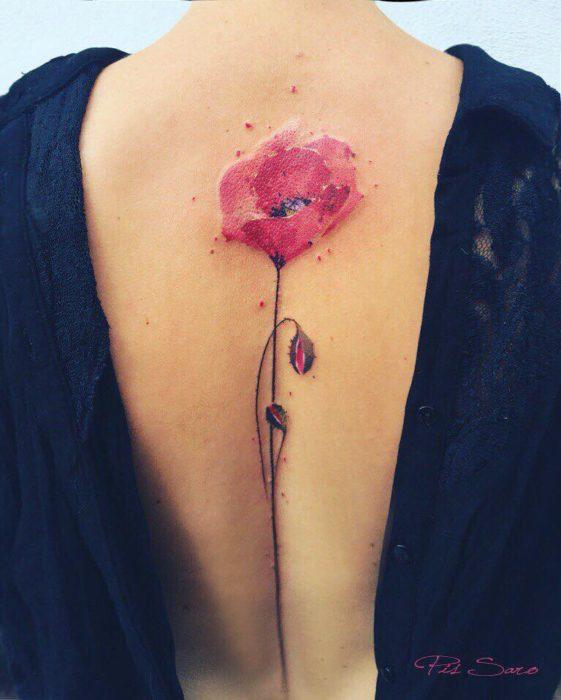 tatuaje de una rosa en la espalda de una mujer