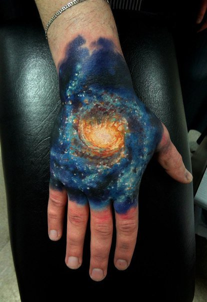 tatuaje en la mano del espacio