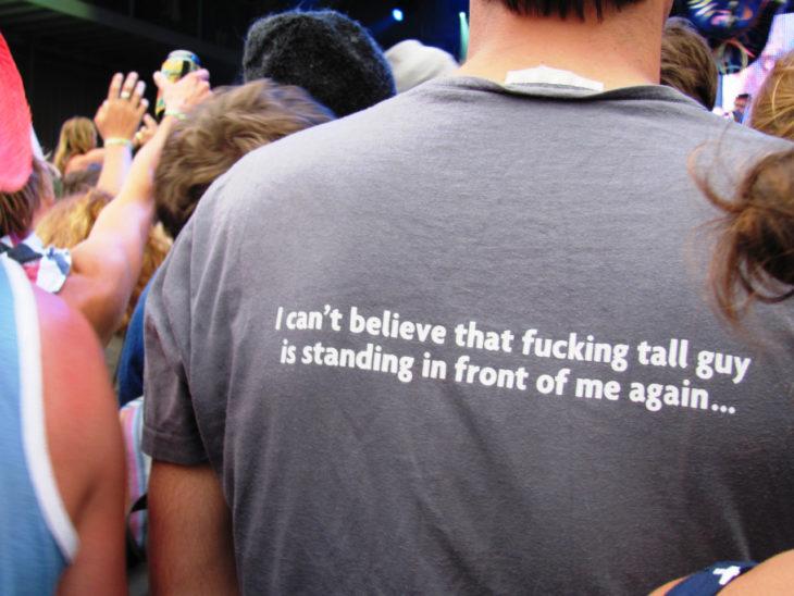 persona alta en los conciertos
