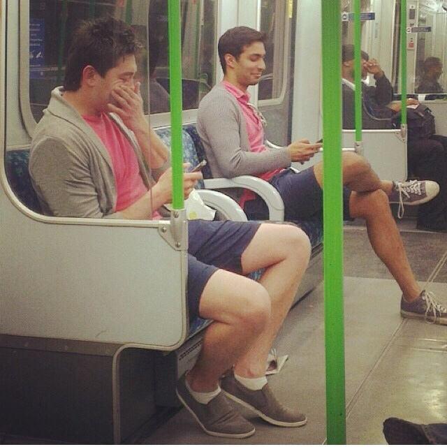 gente vestida igual