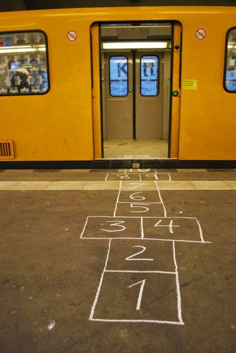 bebeleche pintado en espera del metro