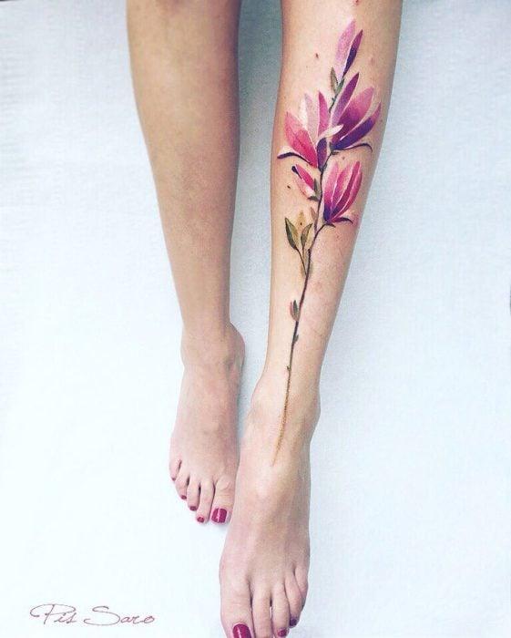 tatuaje de flores en una pierna