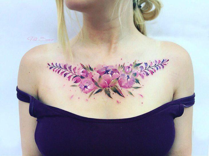 clavícula con flores tatuadas
