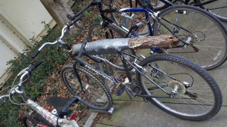 bicicleta con cuerpo de tronco de madera