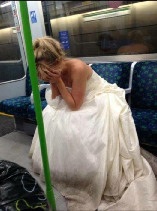 novia en el metro