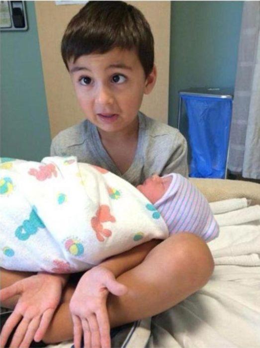 niño cargando a su hermano menor