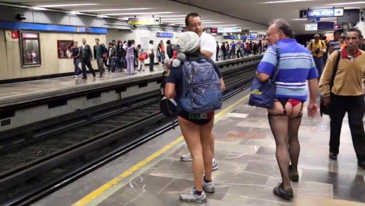 señores en medias y tangas en el metro