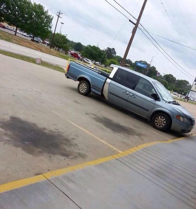 auto gracioso mitad carro mitad camioneta