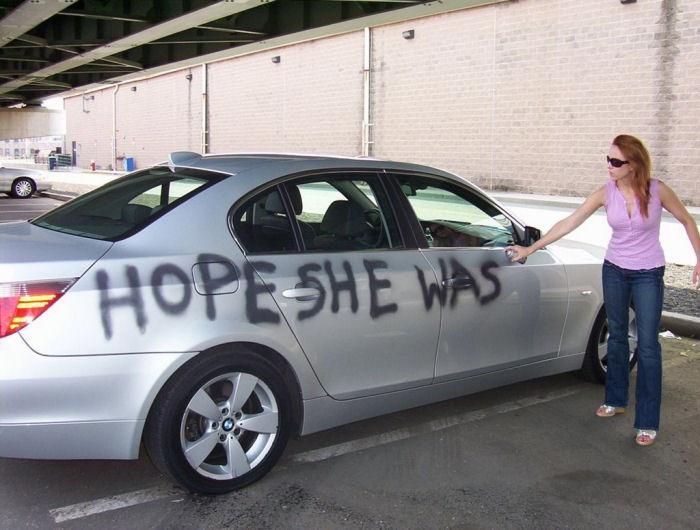 mujer graffitti carro