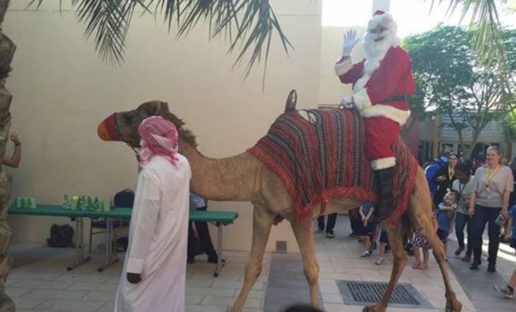 santa clos en un camello