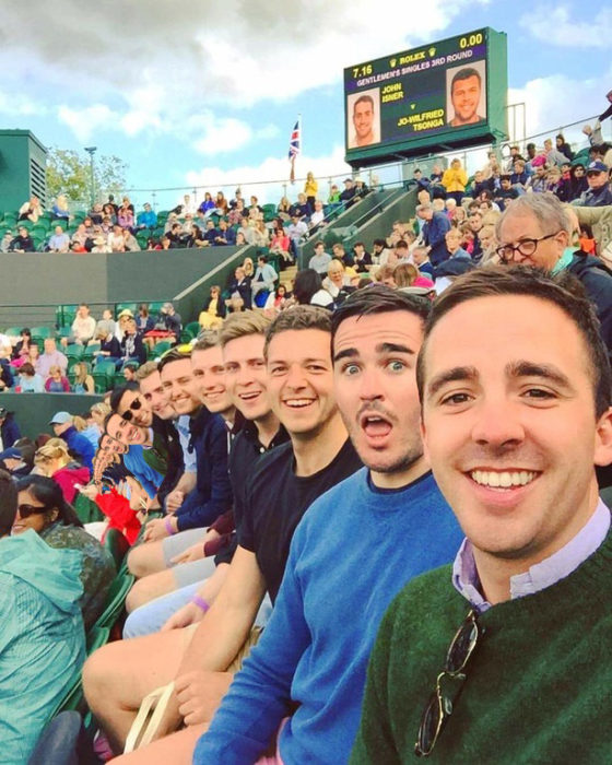 selfie de amigos en estadio, agregan más personas