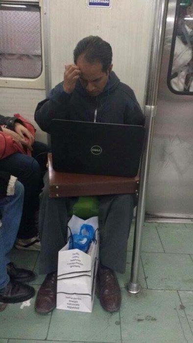 hombre que usa el metro como oficina