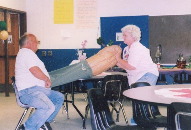 ancianos abriendo un regalo