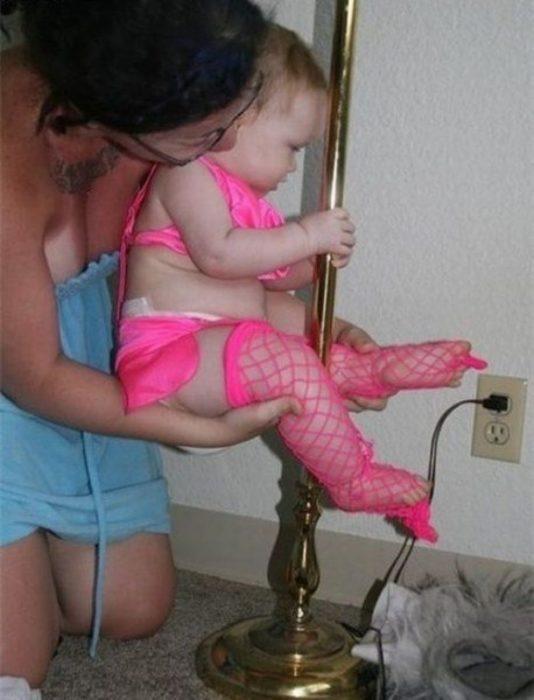 niña vestida de pole dancer