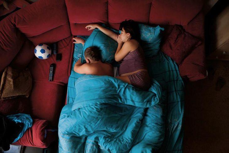 pareja de embarazados colcha azul