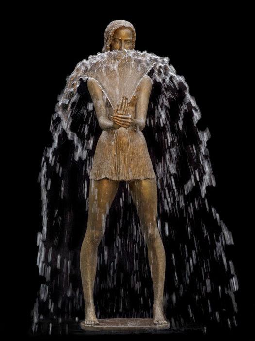 fuente muchacha jugando con agua