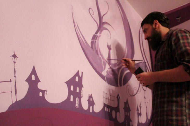 giorgi pintando una pared de fantasía