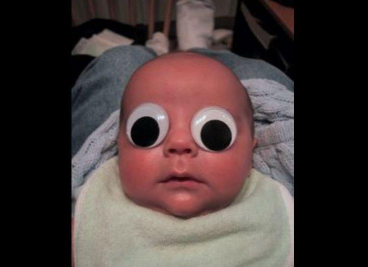 bebé con ojos de muñeco