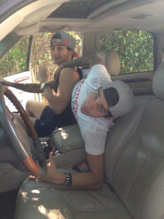 hermanos peleándose por el asiento de adelante del coche