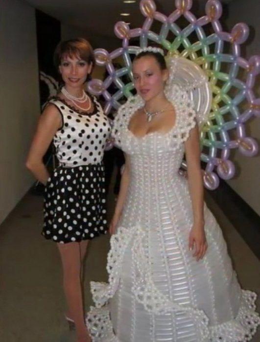 vestido de novia hecho con globos