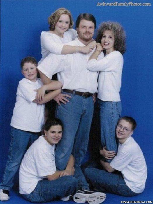 fotografía de familia todos abrazando a papá