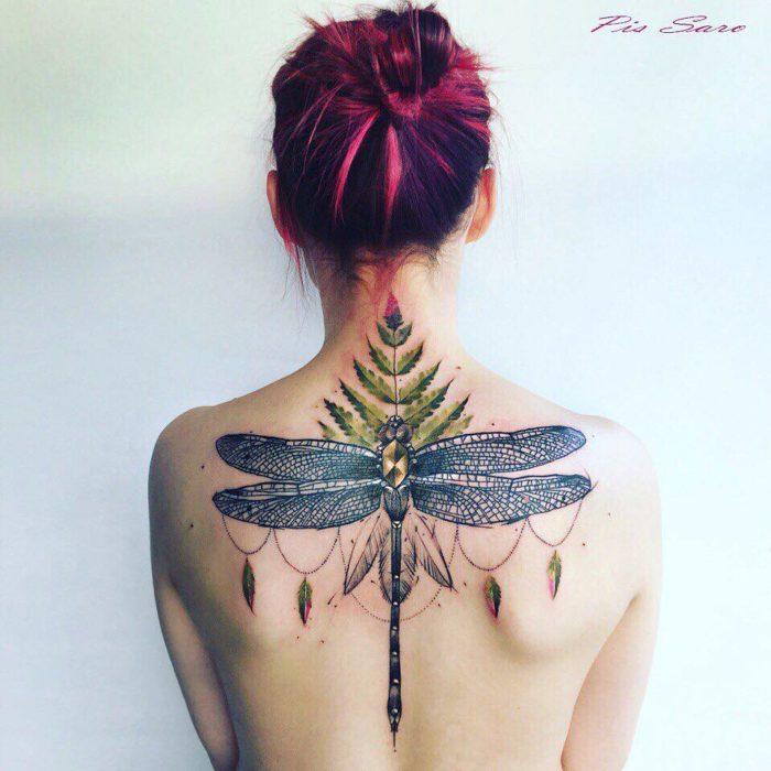 tatuaje de una libélula y una planta