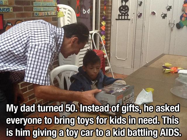 señor entregando juguete a un niño