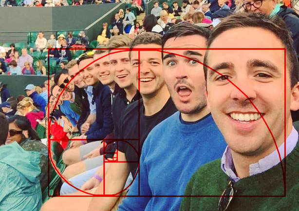 número de oro en selfie de amigos