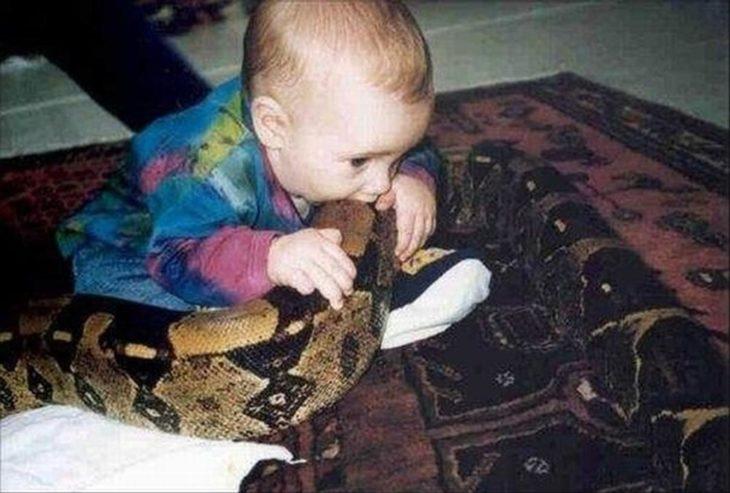 niño mordiendo serpiente