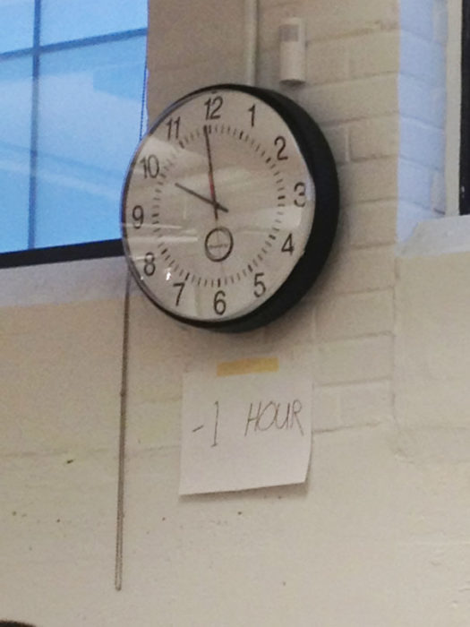 reloj que marca mal la hora