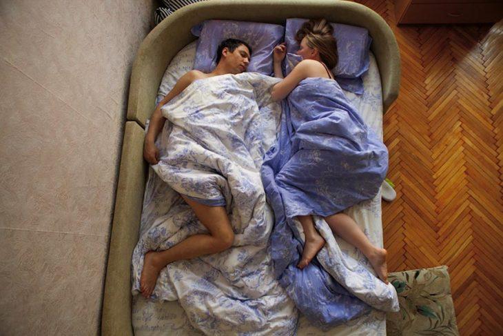 pareja de embarazados durmiendo de frente