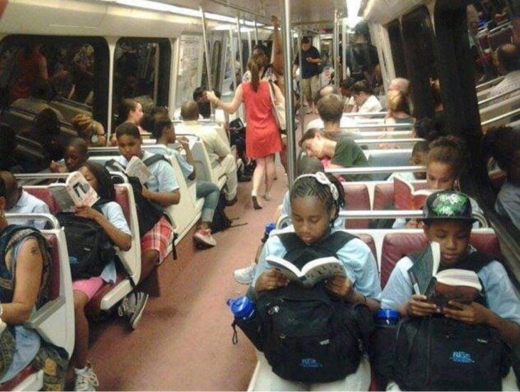 niños leyendo en el autobus