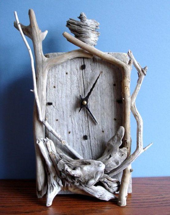 reloj hechos de ramitas