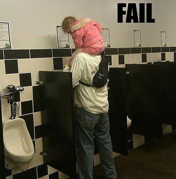 papá lleva a su hija al baño con él