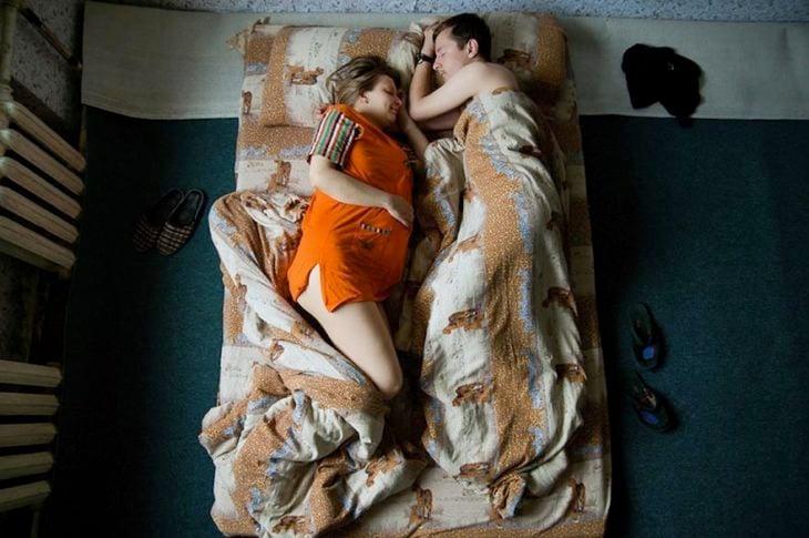 pareja de embarazados pijama anaranjada
