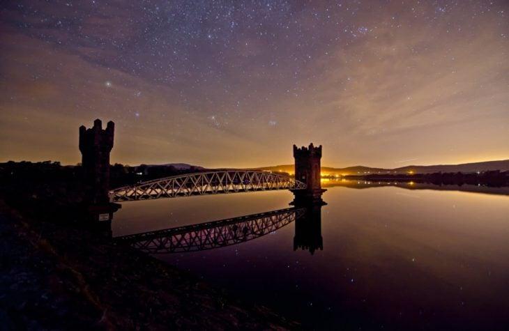 puente irlandés bajo las estrellas