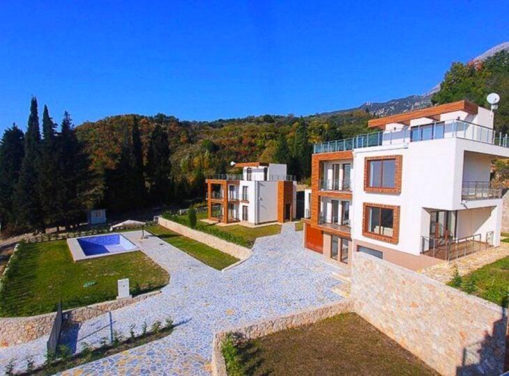 casa moderna cerca de las montañas