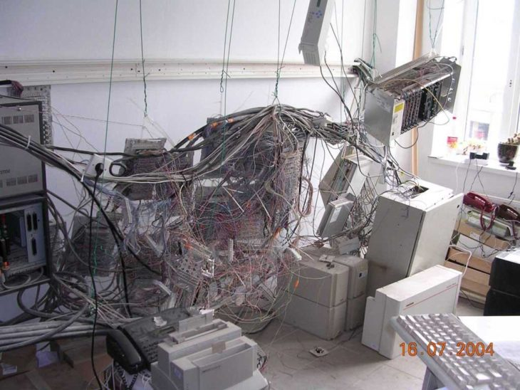 habitación llena de cables