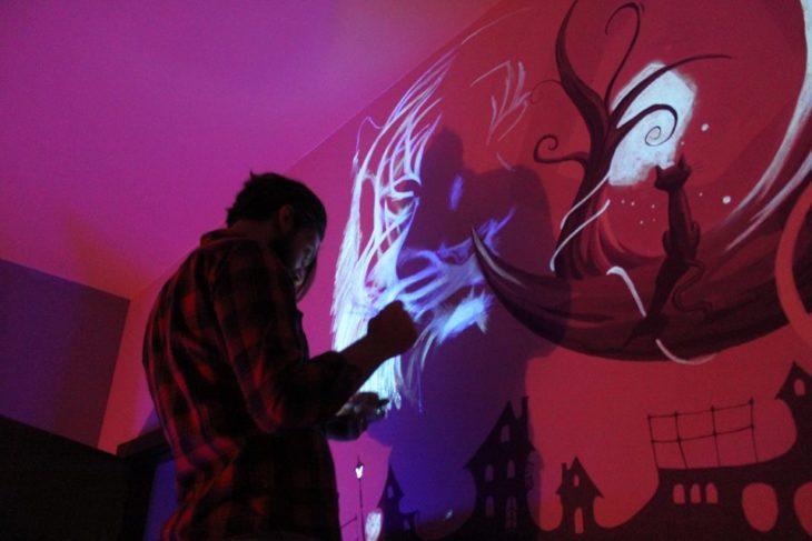 pintando con pintura ultravioleta