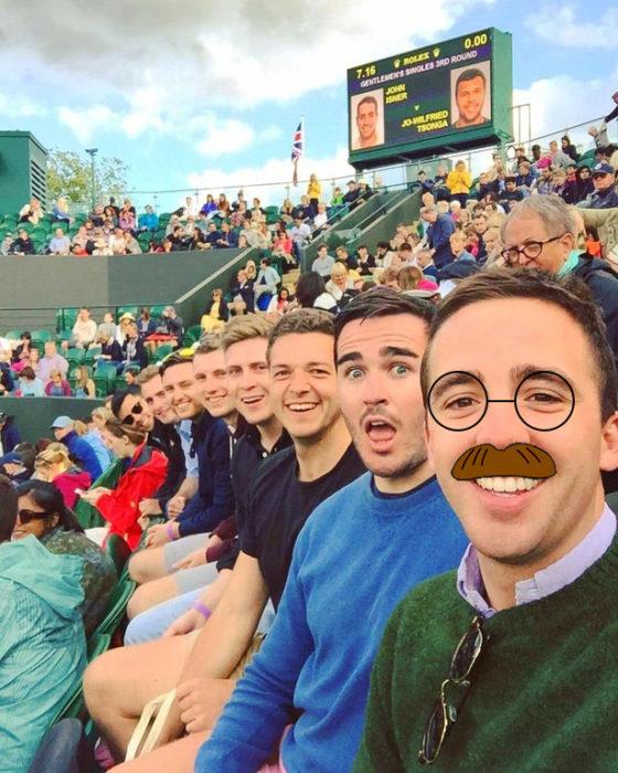 amigos en estadio