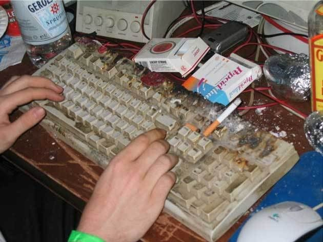 manos escribiendo en un teclado sucio