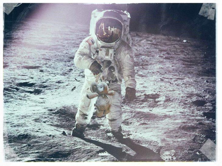 hombre con el elefante en la luna