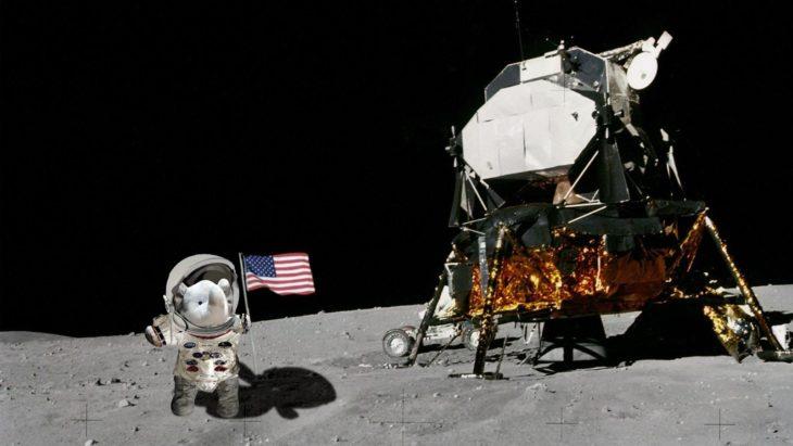 en la luna con un traje espacial