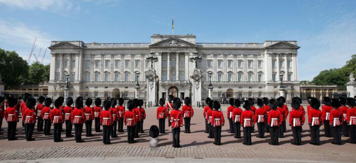 haciendo la marcha con la reina