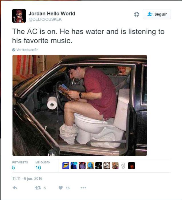 un señor escuchando su música favorita mientras hace del baño