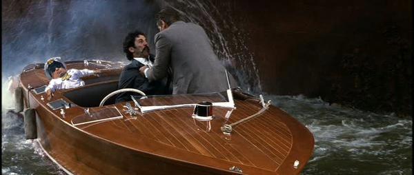 Batalla PS Verne Troyer en una escena de James Bond