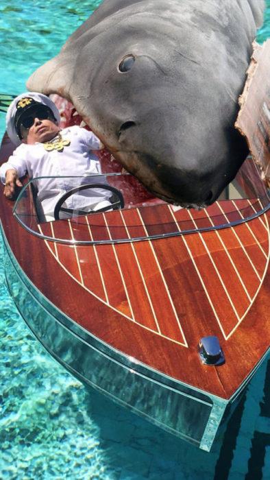 Batalla PS un tiburòn comièndose a Verne Troyer