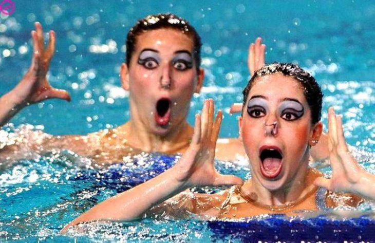 nadadoras con cara de sorprendidas