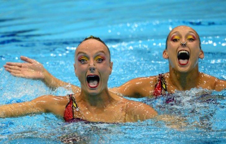 mujeres que parecen expresar demasiada alegría al nadar